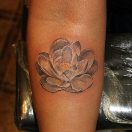 татуировка лотоса на предплечье