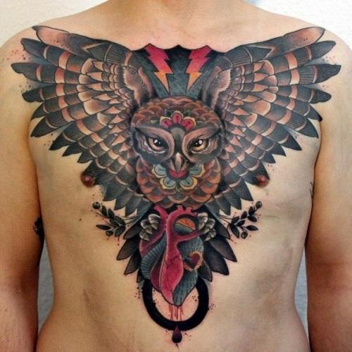 тату совы с распахнутыми крыльями на груди