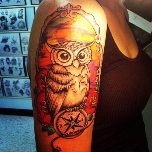 тату сова и компас на руке