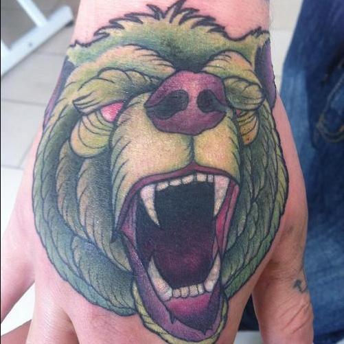 тату - зеленый медведь на руке