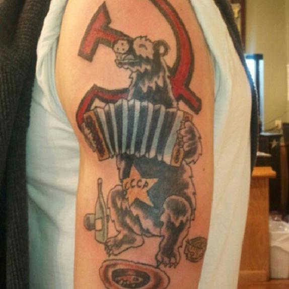 татуировка медведя СССР, играющего на гармошке