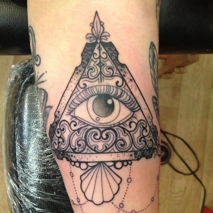 татуировка - треугольник, глаз и ракушка