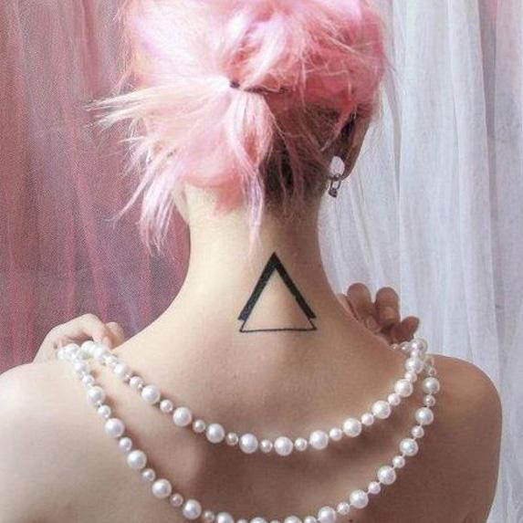 большой треугольник на шее - тату