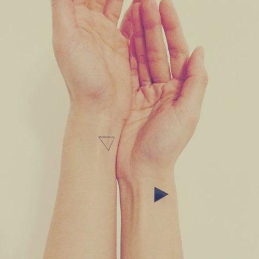 татуировки треугольников на запястьях