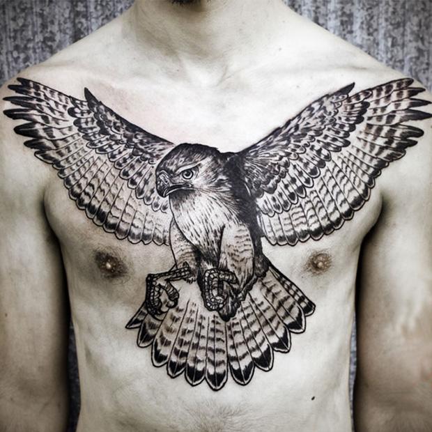 татуировка -черно белый ястреб во всю грудь