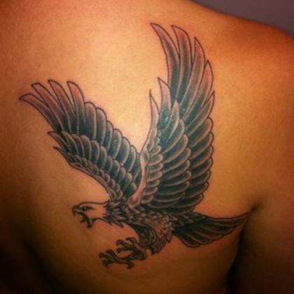 татуировка летящего ястреба