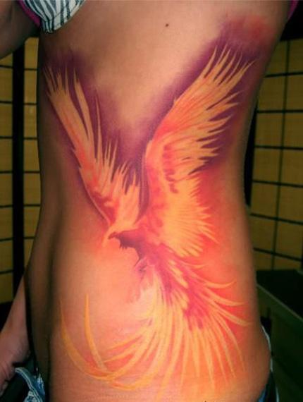 феникс с распахнутыми крыльями - татуировка на боку
