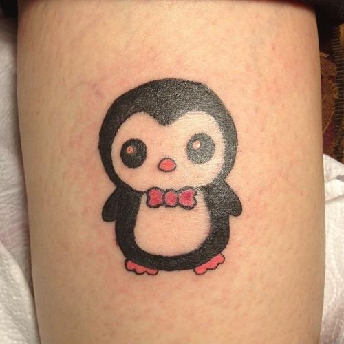 татуировка: маленький пингвин в бабочке