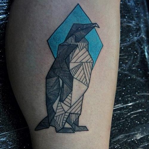 тату пингвин на ноге