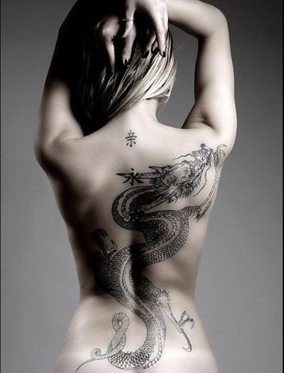 женское тату: дракон на спине
