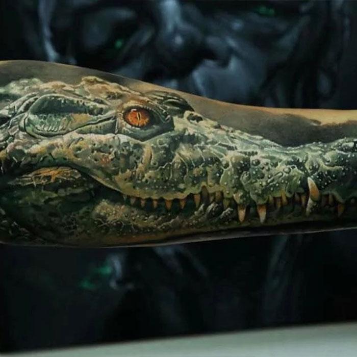 тату в стиле реализма - зеленый крокодил