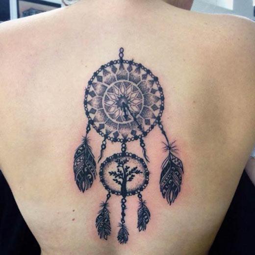женский ловец снов - татуировка на спине