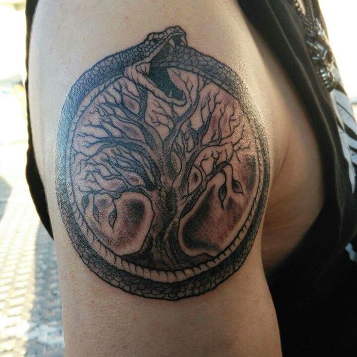 Татуировка уробороса на руке