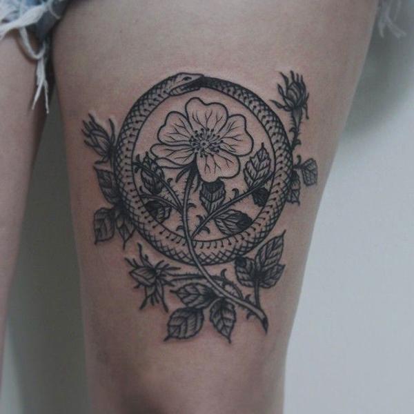 татуировка уробороса и цветок