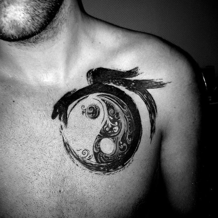 татуировка уробороса и символ инь янь