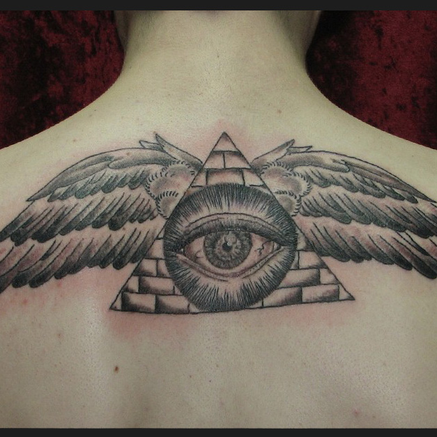 Татуировка на спине: всевидящее око с крыльями
