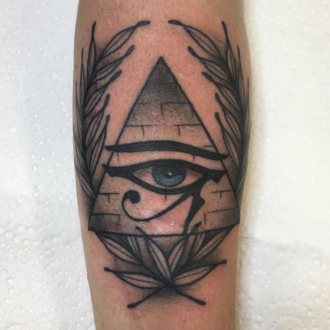 тату - всевидящее око на предплечье