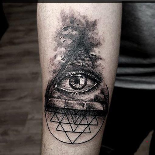 татуировка - глаз в треугольнике, на руке