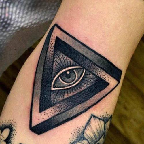 Татуировка всевидящего ока в треугольнике, черно-белая