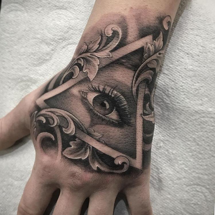 тату на тыльной стороне ладони - знак иллюминатов